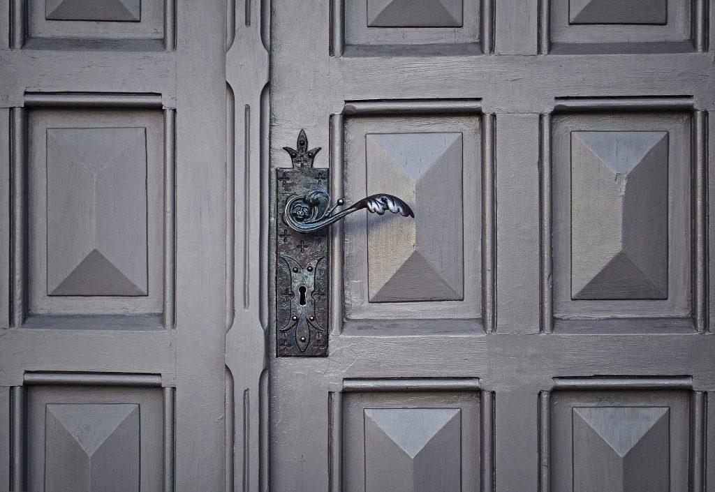 Comment r parer une porte d entr e qui grince astuce bricolage - Comment cacher une porte d entree ...
